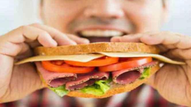 Ilustrasi mengonsumsi junkfood.