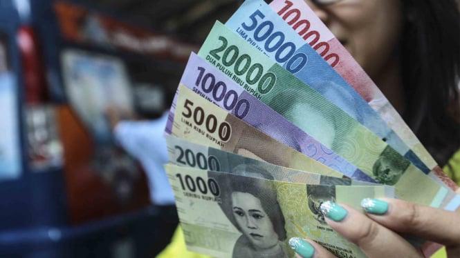 Uang kertas pecahan rupiah.
