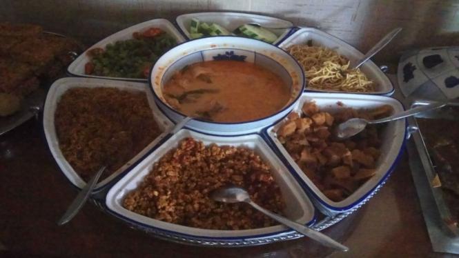 Beragam lauk dan sayur untuk nasi campur di tempat makan Khas Jawa.