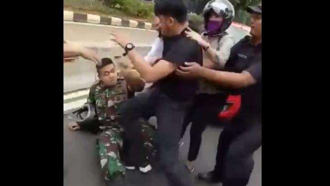 Pemuda tendang prajurit TNI.
