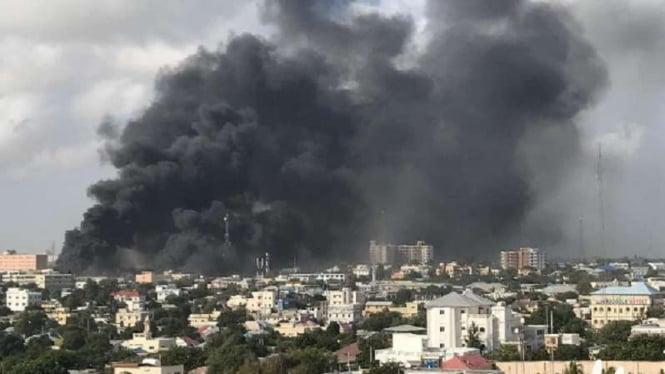 Ilustrasi Asap dari ledakan besar bom di Kota Mogadishu, Somalia.