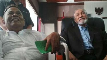 Wali Nanggroe Malik Mahmud Al-Haytar (kanan) dan mantan Menteri Pertahanan GAM Zakaria Saman (kiri) di gedung DPR Aceh, Banda Aceh, pada Selasa, 17 Oktober 2017.