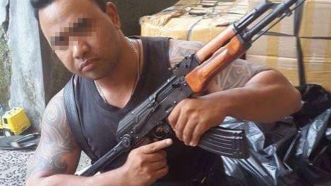 Pria Bali yang mengunggah foto dirinya bersama senjata AK-47 di jejaring sosial Facebook.