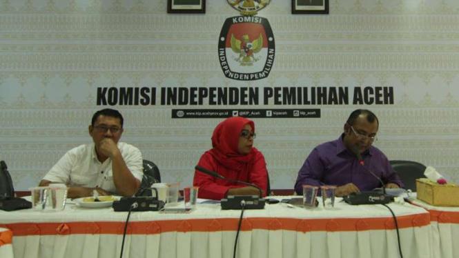 Komisioner KIP Aceh saat menggelar jumpa pers tentang persyaratan pendaftaran partai politik lokal di Banda Aceh pada Rabu, 18 Oktober 2017.