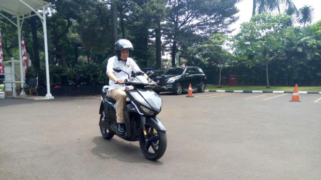 Menteri ESDM Ignasius Jonan mencoba motor Gesits.