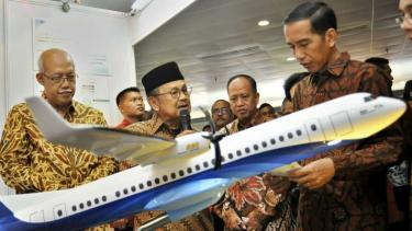 BJ Habibie menjelaskan soal protoype Pesawat R80 kepada Presiden Joko Widodo