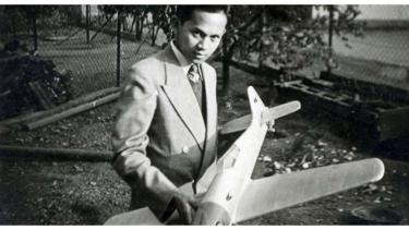 Foto lawas BJ Habibie saat masih muda sedang memegang pesawat.