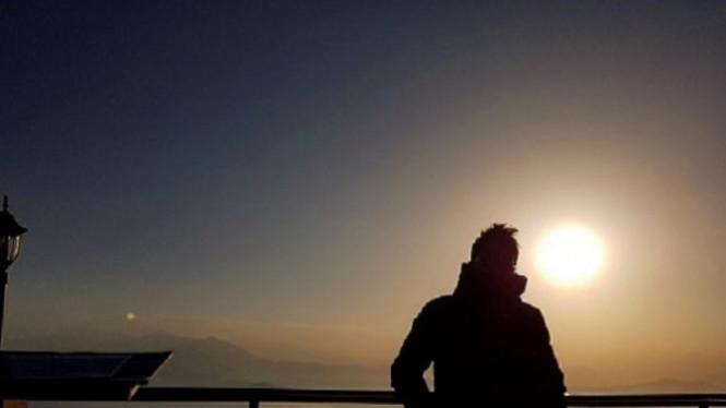 Sunrise dengan latar Himalaya.