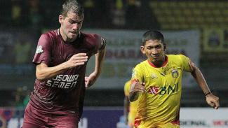 Gelandang PSM Makassar, Willem Jan Pluim (kiri) saat menghadapi Bhayangkara FC
