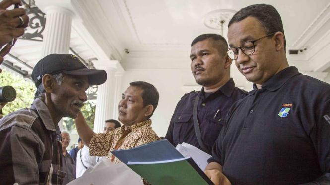 Gubernur DKI Jakarta Anies Baswedan Terima Aduan Warga di Balai Kota.