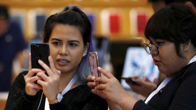 Sejumlah wanita mencoba gadget baru iPhone 8 Plus di Singapura
