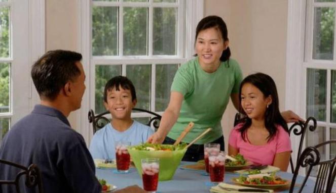Keluarga makan bersama.