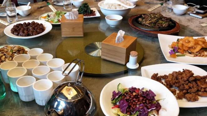 Sajian makanan halal di restoran Kaorouwan, Beijing, China.