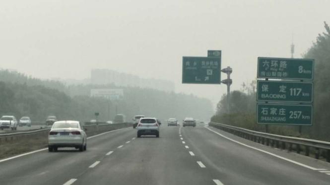 Kabut tebal akibat polusi kendaraan dan industri di Kota Beijing, China.