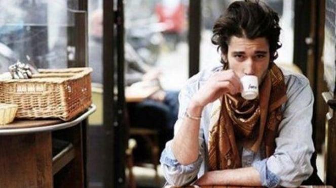 Ilustrasi pria minum kopi.