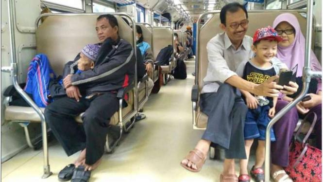 Foto penumpang Kereta Api tujuan Solo yang diunggah di jejaring sosial Facebook dan menjadi viral.