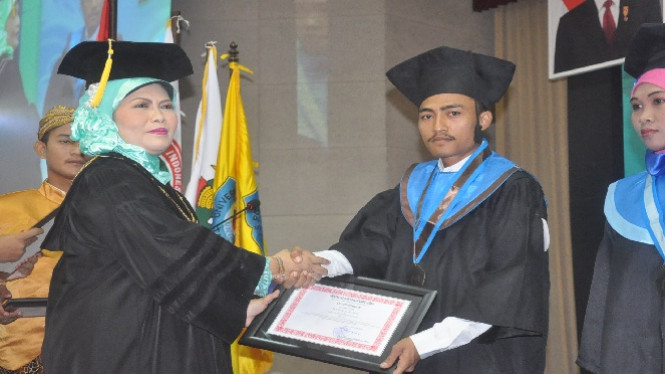 Andi Surya, lulusan terbaik Fisip Unirow Tuban.