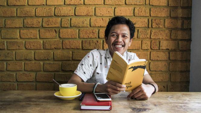Penulis buku, Sabiq Carebesth bersama buku karyanya