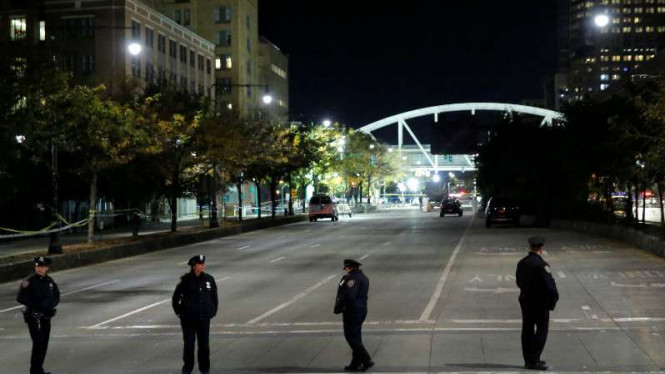 Polisi berjaga di lokasi West Side Highway  usai penyerangan dengan pikap