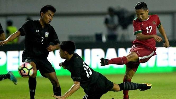 Gelandang Timnas Indonesia U-19, Syahrian Abimanyu (kanan)