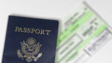 Ilustrasi tiket pesawat dan paspor.