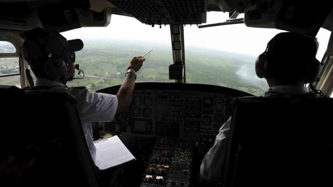 Dua awak pesawat Heli Bell 412 memantau hutan dan lahan di Kabupaten Kubu Raya, Kalimantan Barat
