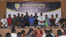https://thumb.viva.co.id/media/frontend/thumbs3/2017/11/03/59fc550d3491d-pemain-asing-liga-basket-indonesia_213_120.jpg