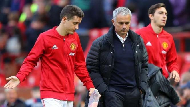 Manajer Manchester United, Jose Mourinho (tengah).
