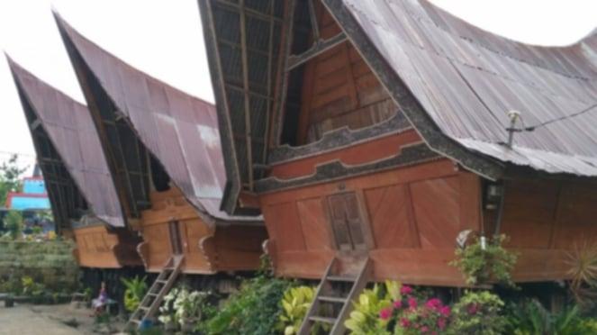 Rumah adat Bolon Batak di Pulau Samosir