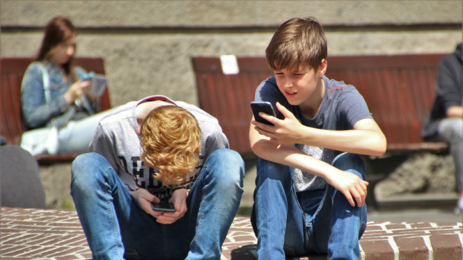 Ilustrasi anak main gadget atau smartphone