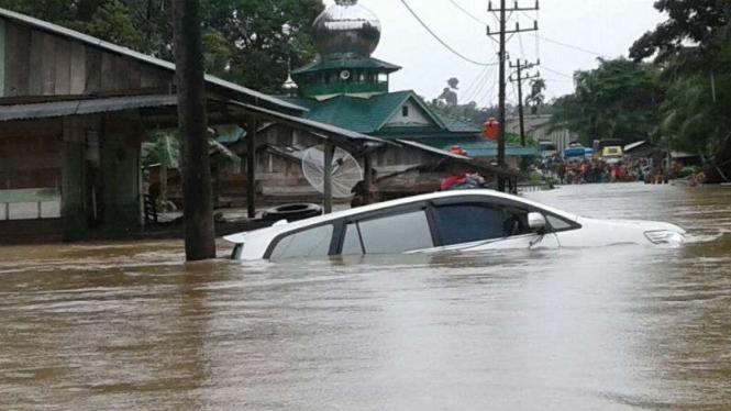 Ilustrasi mobil terendam banjir
