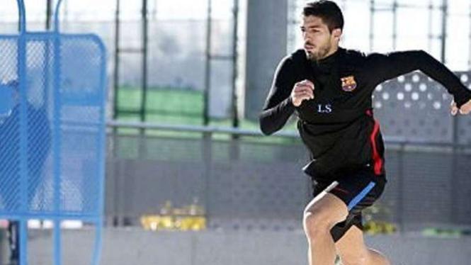 Luis Suarez berlatih di pasir