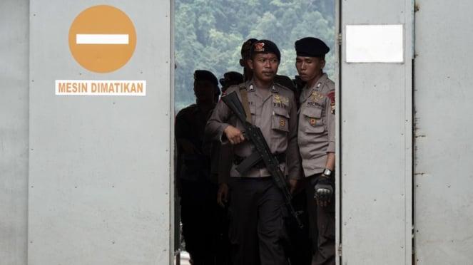 Sejumlah anggota polisi bersiaga di Lapas Nusakambangan
