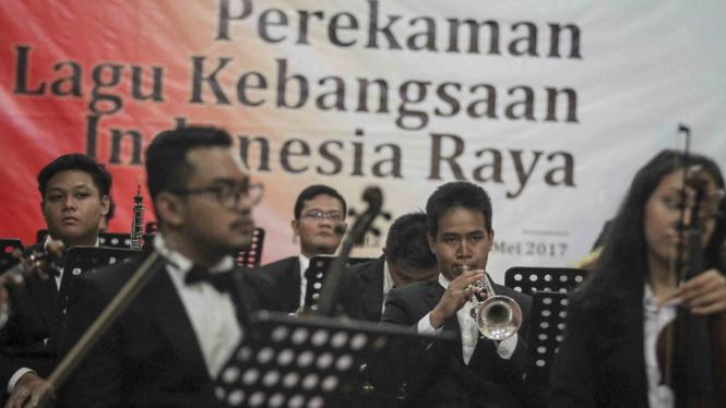 Pemain musik bersiap mengiringi paduan suara sebelum proses perekaman ulang lagu Indonesia Raya di Lokananta, Solo, Jawa Tengah
