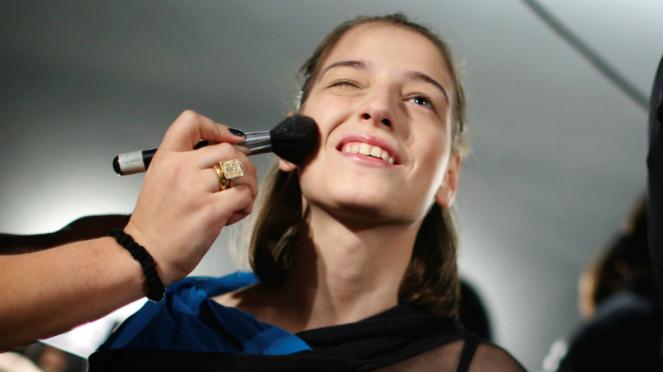 Ilustrasi make-up atau rias.