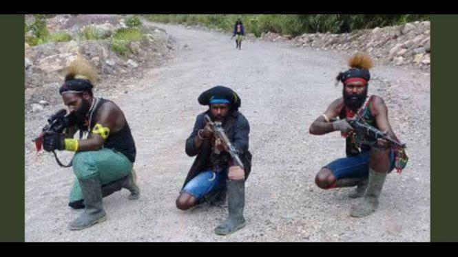 Sebagian kecil anggota kelompok bersenjata dari Tentara Pembebasan Nasional Papua Barat memamerkan senjata yang dimilikinya di kawasan tembagapura, November 2017.