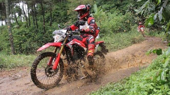 Honda CRF150L dites di Dago, Bandung oleh sejumlah jurnalis.