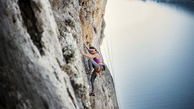 Wanita Cantik Pendaki Tebing di Yunani