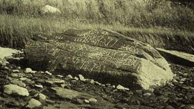 Batu The Dighton Rock di pinggir sungai Taunton di Massachusetts, Amerika Serikat.