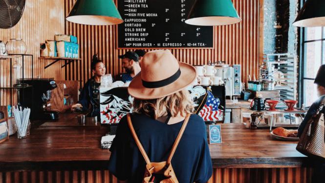 Ilustrasi nongkrong di kafe/kedai kopi.