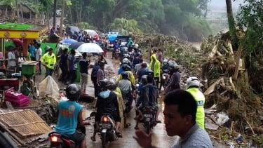 Satu kawasan porak-poranda setelah diterjang angin kencang dan banjir di Kabupaten Bantul, Daerah Istimewa Yogyakarta.