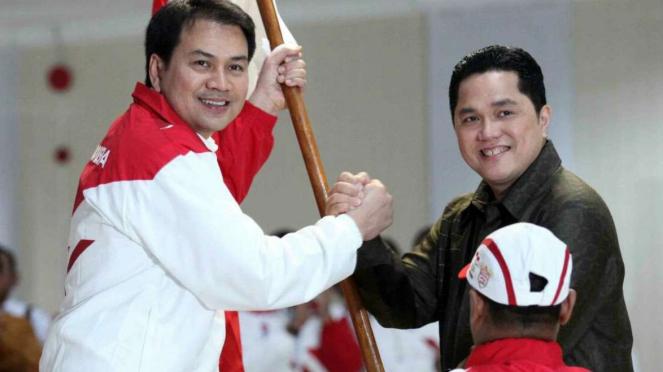 Ketua Bidang Pemenangan Pemilu Sumatera III DPP Golkar Aziz Syamsudin (kiri)