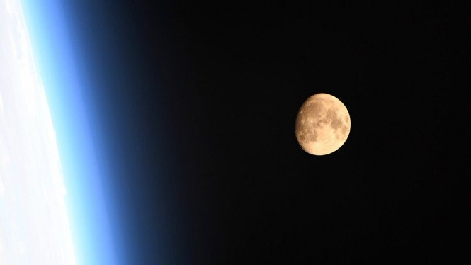 Supermoon diamati dari Stasiun Antariksa Internasional