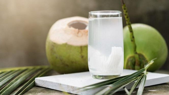 Air kelapa muda.
