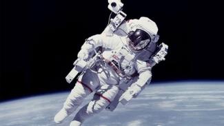 https://thumb.viva.co.id/media/frontend/thumbs3/2017/12/06/5a27c055687a1-baju-astronot-kini-dilengkapi-tombol-take-me-home_325_183.jpg