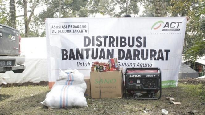 Bantuan genset untuk posko pengungsian erupsi Gunung Agung.
