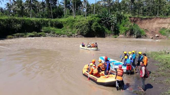 Ilustrasi Tim SAR tengah mengevakuasi warga di Sungai Progo, Yogyakarta