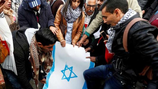 Aksi protes membakar bendera Israel beberapa waktu lalu (Ilustrasi)