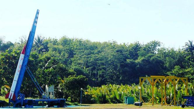 Peluncuran roket eksperimen LAPAN di Garut, Jawa Barat.