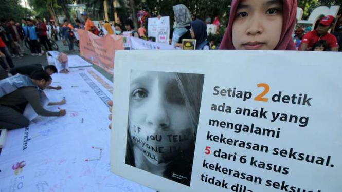 Kampanye tolak kekerasan terhadap perempuan dan anak di Car Free Day Darmo, Surabaya, Jawa Timur, Minggu (10/12/2017)